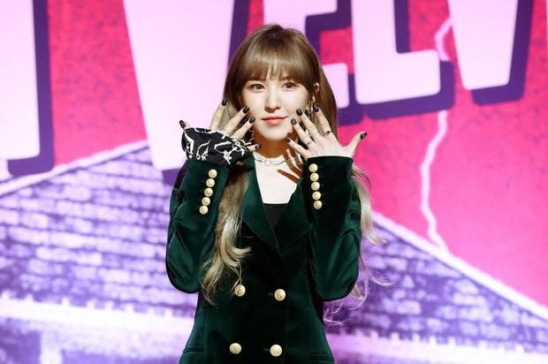 Khoảnh khắc gây sốt: Wendy (Red Velvet) cẩn thận cúi xuống nhặt từng mẩu rác trên sân khấu để các thành viên không bị té ngã - Ảnh 4.