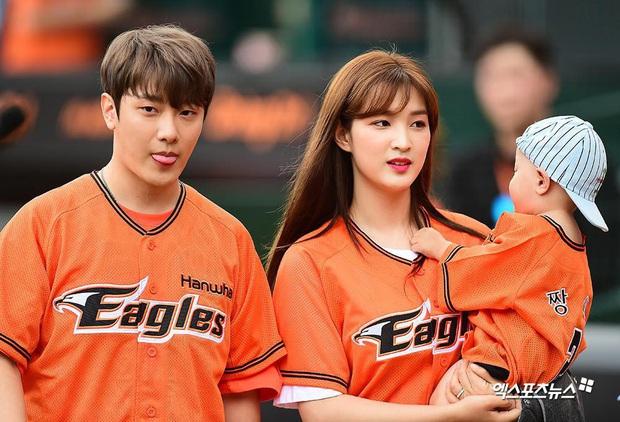 Cặp vợ chồng trẻ nhất Kpop tiết lộ giới tính cặp sinh đôi, netizen vỡ òa ngưỡng mộ gia đình đội hình quá hoàn hảo - Ảnh 2.