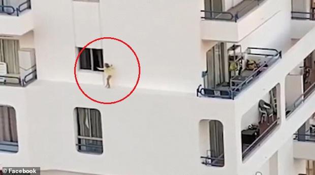Bé gái chạy thoăn thoắt trên bờ tường hẹp ở tầng 5 toà nhà khiến mọi người thót tim và lời cảnh tỉnh đến bậc cha mẹ - Ảnh 2.