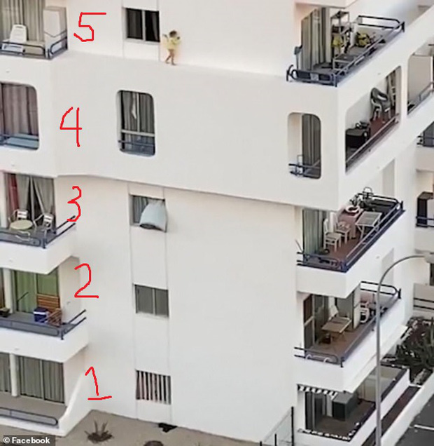 Bé gái chạy thoăn thoắt trên bờ tường hẹp ở tầng 5 toà nhà khiến mọi người thót tim và lời cảnh tỉnh đến bậc cha mẹ - Ảnh 3.