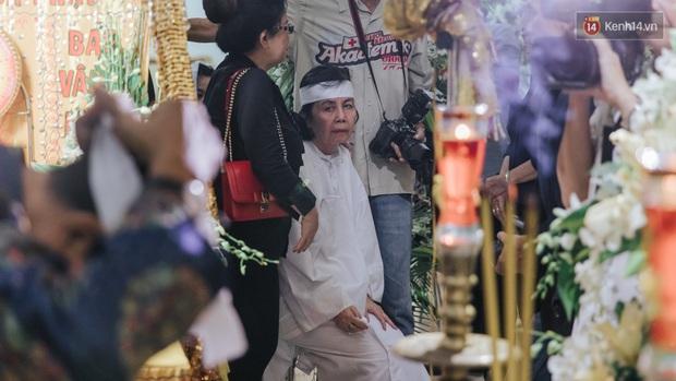 Quyền Linh, Long Nhật thương tiếc, vợ cố nghệ sĩ Chánh Tín khóc ngất trong giây phút tiễn biệt chồng về nơi chín suối - Ảnh 6.