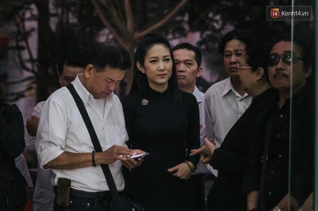 Quyền Linh, Long Nhật thương tiếc, vợ cố nghệ sĩ Chánh Tín khóc ngất trong giây phút tiễn biệt chồng về nơi chín suối - Ảnh 4.