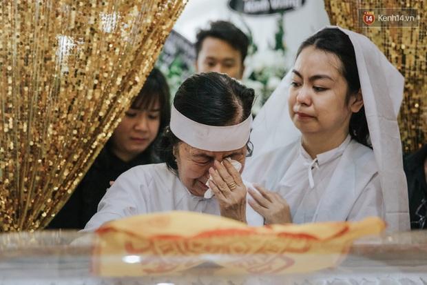 Quyền Linh, Long Nhật thương tiếc, vợ cố nghệ sĩ Chánh Tín khóc ngất trong giây phút tiễn biệt chồng về nơi chín suối - Ảnh 7.