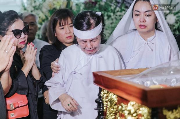 Quyền Linh, Long Nhật thương tiếc, vợ cố nghệ sĩ Chánh Tín khóc ngất trong giây phút tiễn biệt chồng về nơi chín suối - Ảnh 8.