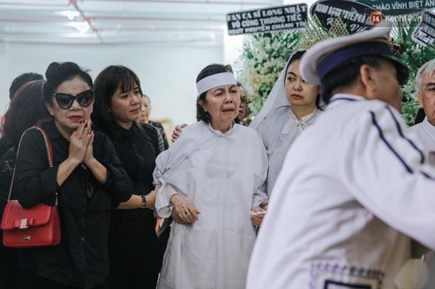 Quyền Linh, Long Nhật thương tiếc, vợ cố nghệ sĩ Chánh Tín khóc ngất trong giây phút tiễn biệt chồng về nơi chín suối - Ảnh 9.