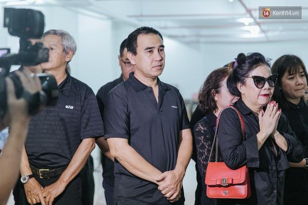 Quyền Linh, Long Nhật thương tiếc, vợ cố nghệ sĩ Chánh Tín khóc ngất trong giây phút tiễn biệt chồng về nơi chín suối - Ảnh 1.