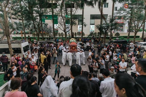 Quyền Linh, Long Nhật thương tiếc, vợ cố nghệ sĩ Chánh Tín khóc ngất trong giây phút tiễn biệt chồng về nơi chín suối - Ảnh 15.
