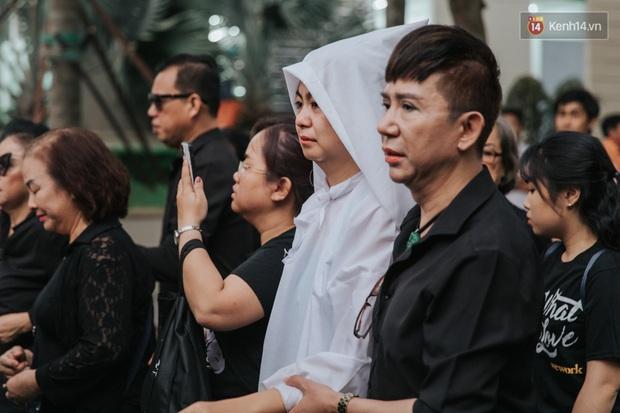 Quyền Linh, Long Nhật thương tiếc, vợ cố nghệ sĩ Chánh Tín khóc ngất trong giây phút tiễn biệt chồng về nơi chín suối - Ảnh 13.