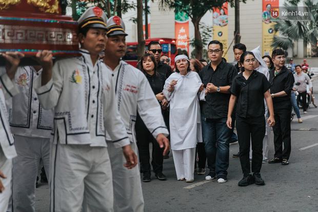 Quyền Linh, Long Nhật thương tiếc, vợ cố nghệ sĩ Chánh Tín khóc ngất trong giây phút tiễn biệt chồng về nơi chín suối - Ảnh 11.