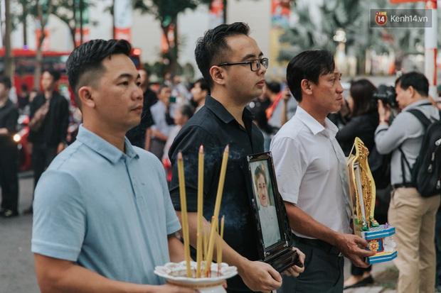 Quyền Linh, Long Nhật thương tiếc, vợ cố nghệ sĩ Chánh Tín khóc ngất trong giây phút tiễn biệt chồng về nơi chín suối - Ảnh 10.