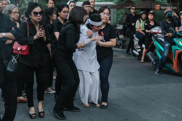 Quyền Linh, Long Nhật thương tiếc, vợ cố nghệ sĩ Chánh Tín khóc ngất trong giây phút tiễn biệt chồng về nơi chín suối - Ảnh 12.