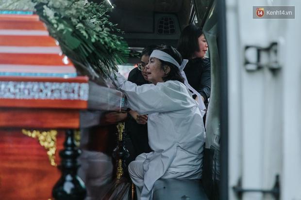 Quyền Linh, Long Nhật thương tiếc, vợ cố nghệ sĩ Chánh Tín khóc ngất trong giây phút tiễn biệt chồng về nơi chín suối - Ảnh 14.