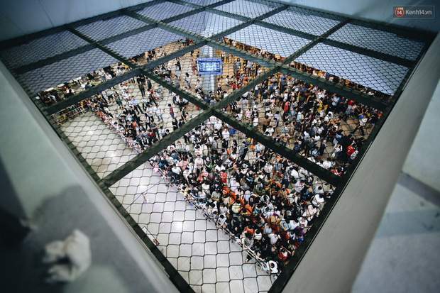 Ảnh: Sân bay Tân Sơn Nhất chật kín người dân đón Việt kiều về quê ăn Tết Canh Tý 2020, trẻ em và người lớn ngủ vật vờ dưới sàn - Ảnh 2.