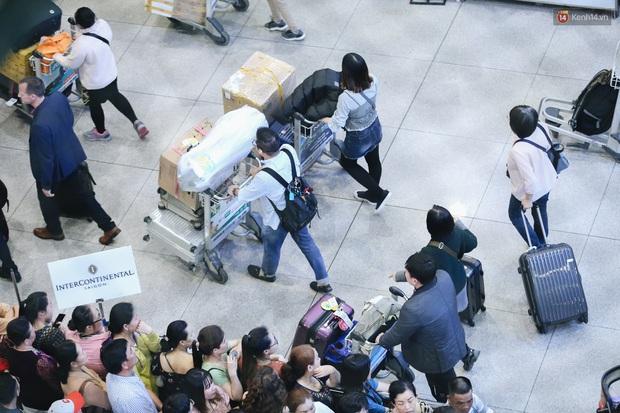 Ảnh: Sân bay Tân Sơn Nhất chật kín người dân đón Việt kiều về quê ăn Tết Canh Tý 2020, trẻ em và người lớn ngủ vật vờ dưới sàn - Ảnh 12.