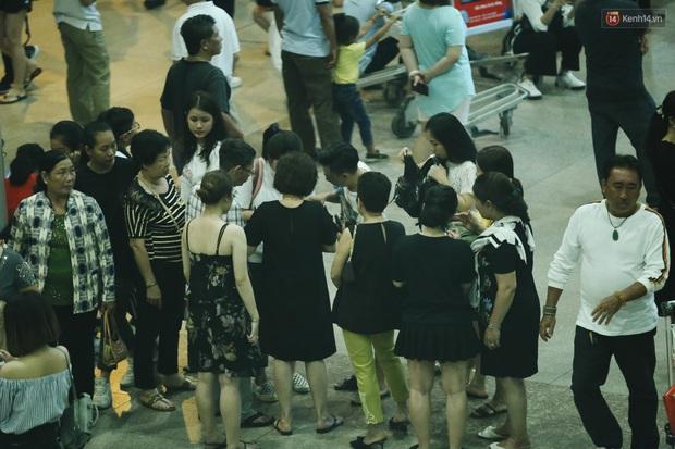 Ảnh: Sân bay Tân Sơn Nhất chật kín người dân đón Việt kiều về quê ăn Tết Canh Tý 2020, trẻ em và người lớn ngủ vật vờ dưới sàn - Ảnh 19.