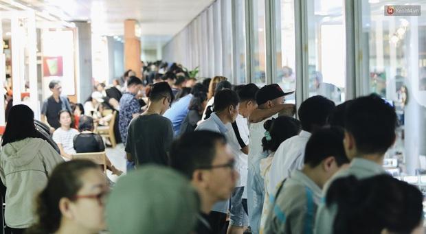 Ảnh: Sân bay Tân Sơn Nhất chật kín người dân đón Việt kiều về quê ăn Tết Canh Tý 2020, trẻ em và người lớn ngủ vật vờ dưới sàn - Ảnh 8.