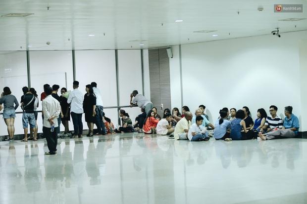 Ảnh: Sân bay Tân Sơn Nhất chật kín người dân đón Việt kiều về quê ăn Tết Canh Tý 2020, trẻ em và người lớn ngủ vật vờ dưới sàn - Ảnh 9.