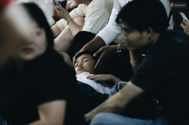 Ảnh: Sân bay Tân Sơn Nhất chật kín người dân đón Việt kiều về quê ăn Tết Canh Tý 2020, trẻ em và người lớn ngủ vật vờ dưới sàn - Ảnh 10.