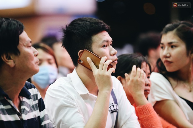 Ảnh: Sân bay Tân Sơn Nhất chật kín người dân đón Việt kiều về quê ăn Tết Canh Tý 2020, trẻ em và người lớn ngủ vật vờ dưới sàn - Ảnh 14.