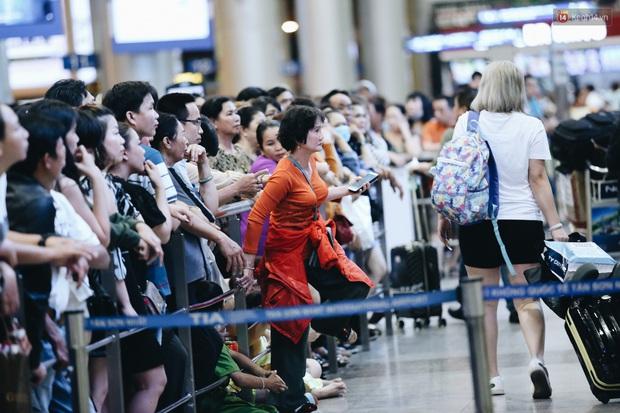 Ảnh: Sân bay Tân Sơn Nhất chật kín người dân đón Việt kiều về quê ăn Tết Canh Tý 2020, trẻ em và người lớn ngủ vật vờ dưới sàn - Ảnh 13.