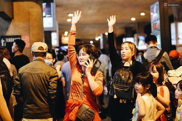 Ảnh: Sân bay Tân Sơn Nhất chật kín người dân đón Việt kiều về quê ăn Tết Canh Tý 2020, trẻ em và người lớn ngủ vật vờ dưới sàn - Ảnh 20.