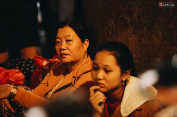 Ảnh: Sân bay Tân Sơn Nhất chật kín người dân đón Việt kiều về quê ăn Tết Canh Tý 2020, trẻ em và người lớn ngủ vật vờ dưới sàn - Ảnh 18.