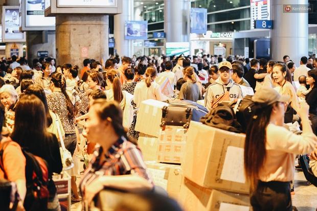 Ảnh: Sân bay Tân Sơn Nhất chật kín người dân đón Việt kiều về quê ăn Tết Canh Tý 2020, trẻ em và người lớn ngủ vật vờ dưới sàn - Ảnh 5.