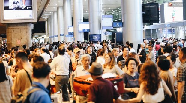 Ảnh: Sân bay Tân Sơn Nhất chật kín người dân đón Việt kiều về quê ăn Tết Canh Tý 2020, trẻ em và người lớn ngủ vật vờ dưới sàn - Ảnh 6.