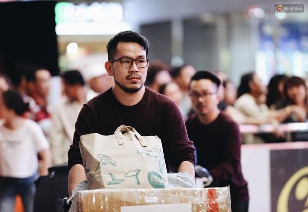 Ảnh: Sân bay Tân Sơn Nhất chật kín người dân đón Việt kiều về quê ăn Tết Canh Tý 2020, trẻ em và người lớn ngủ vật vờ dưới sàn - Ảnh 16.