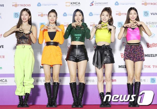 ITZY diễn đạt cúp nhưng netizen vẫn không ngấm nổi outfit: Lên MV đứng riêng thì ổn, đi diễn bị stylist cắt xẻ tơi bời trông thực sự rẻ tiền - Ảnh 1.