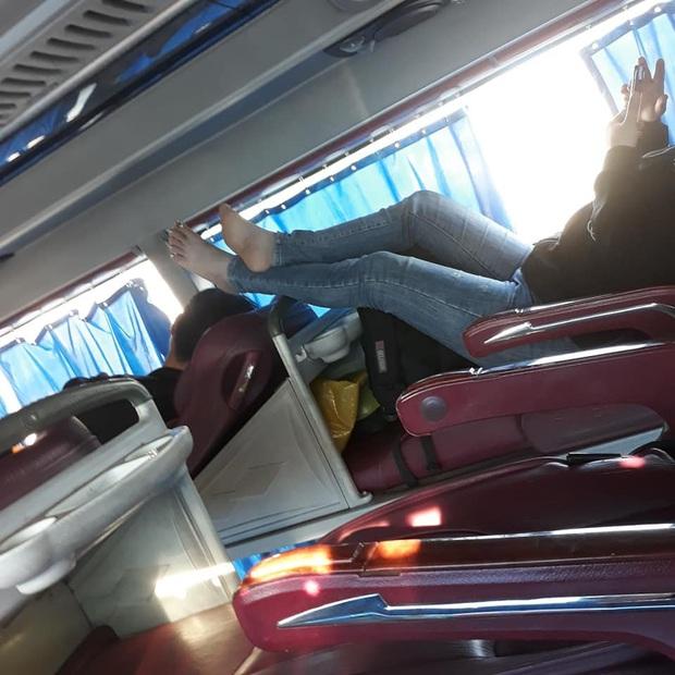 Cô gái thản nhiên gác chân thẳng đầu người khác trên xe khách khiến dân tình ngán ngẩm: Không còn một chút duyên dáng nào - Ảnh 2.