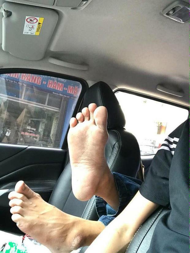 Cô gái thản nhiên gác chân thẳng đầu người khác trên xe khách khiến dân tình ngán ngẩm: Không còn một chút duyên dáng nào - Ảnh 7.