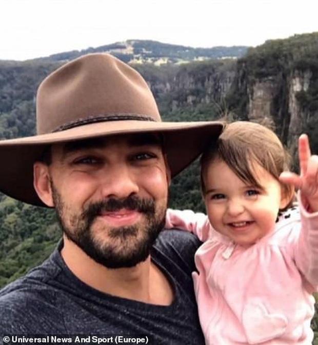 Cha là lính cứu hoả hi sinh khi chữa cháy rừng ở Úc, con gái nhỏ không hay biết vẫn nô đùa bên linh cữu khiến ai chứng kiến cũng phải đau lòng - Ảnh 1.