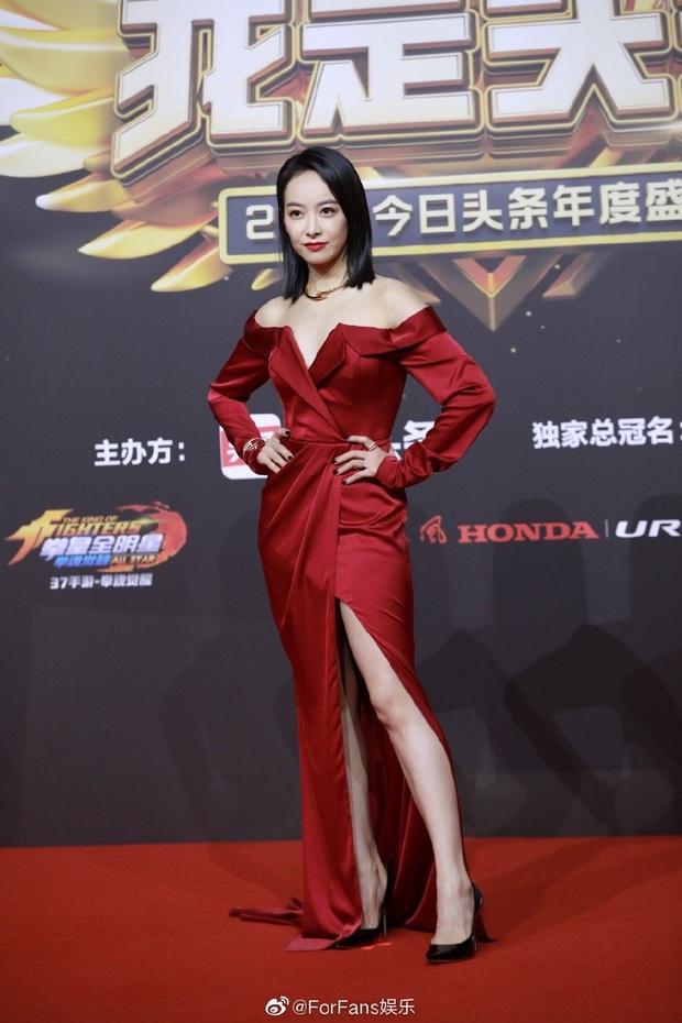 Thảm đỏ Toutiao Awards: Địch Lệ Nhiệt Ba đã gợi cảm, Âu Dương Na Na - Quan Hiểu Đồng còn chặt chém gấp bội  - Ảnh 7.