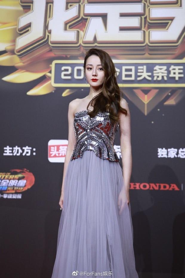 Thảm đỏ Toutiao Awards: Địch Lệ Nhiệt Ba đã gợi cảm, Âu Dương Na Na - Quan Hiểu Đồng còn chặt chém gấp bội  - Ảnh 2.
