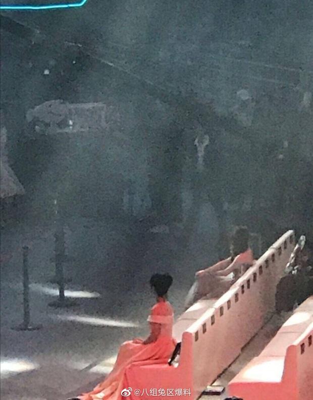 Khẩu chiến nảy lửa: Dương Tử chiêu trò cố tình ngồi cạnh Tiêu Chiến, fandom 2 bên tranh cãi kịch liệt? - Ảnh 3.