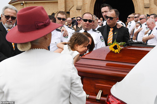 Cha là lính cứu hoả hi sinh khi chữa cháy rừng ở Úc, con gái nhỏ không hay biết vẫn nô đùa bên linh cữu khiến ai chứng kiến cũng phải đau lòng - Ảnh 8.