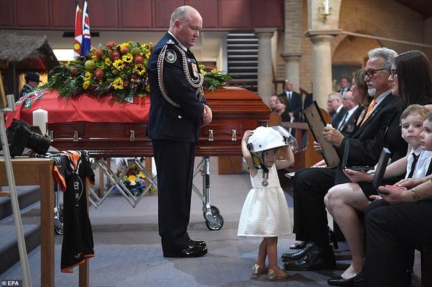 Cha là lính cứu hoả hi sinh khi chữa cháy rừng ở Úc, con gái nhỏ không hay biết vẫn nô đùa bên linh cữu khiến ai chứng kiến cũng phải đau lòng - Ảnh 4.