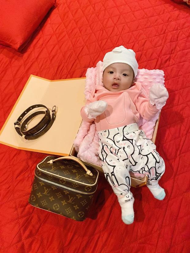Rich kid mới nổi của làng túc cầu gọi tên con gái Bùi Tiến Dũng: Mới 2 tháng tuổi đã được diện hàng hiệu từ đầu tới chân - Ảnh 6.