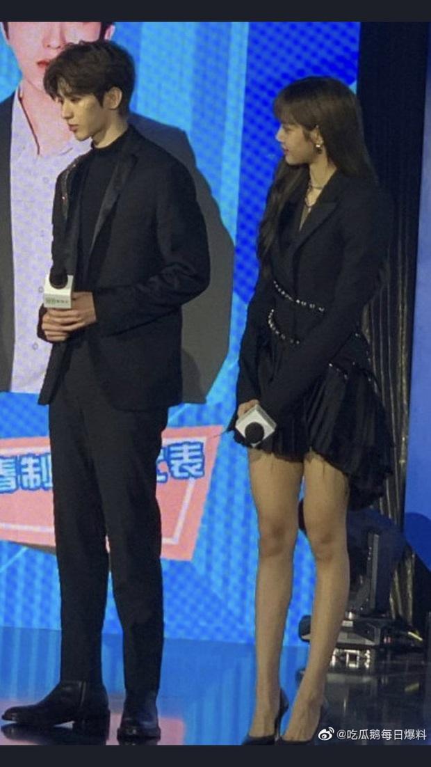 Cặp đôi được ship nhất hôm nay Thái Từ Khôn - Lisa (BLACKPINK): Hết ngắm mê man đến săn sóc ân cần, lại còn đẹp đôi - Ảnh 5.