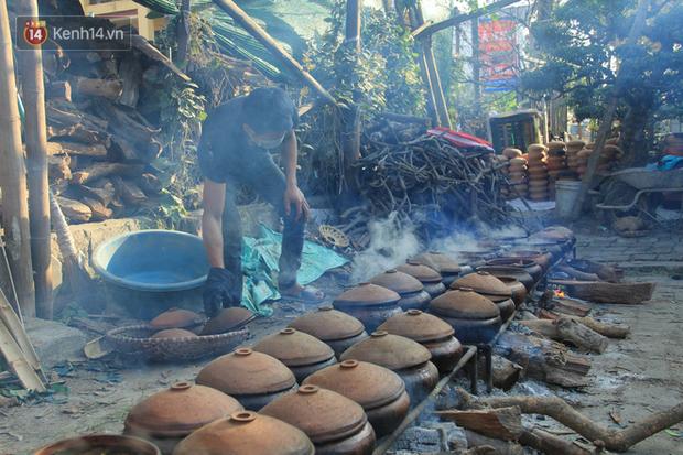 Người làng Vũ Đại đeo mặt nạ, xuyên đêm nấu cá kho bạc triệu phục vụ Tết cổ truyền - Ảnh 4.