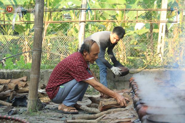 Người làng Vũ Đại đeo mặt nạ, xuyên đêm nấu cá kho bạc triệu phục vụ Tết cổ truyền - Ảnh 8.
