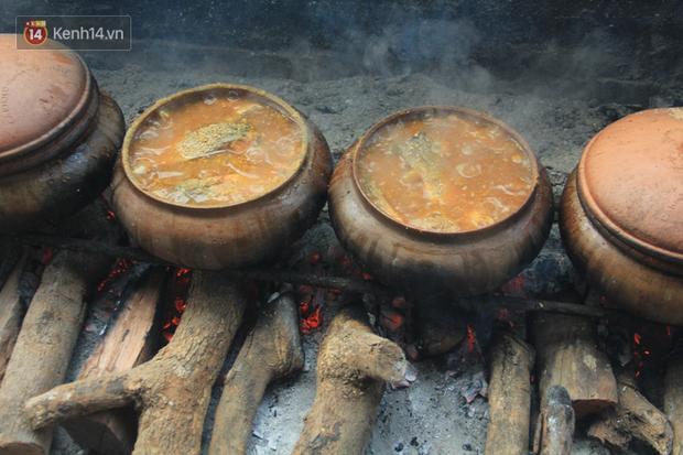 Người làng Vũ Đại đeo mặt nạ, xuyên đêm nấu cá kho bạc triệu phục vụ Tết cổ truyền - Ảnh 11.