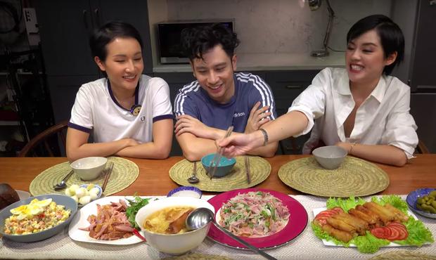 """Nấu cỗ Tết theo kiểu """"thiếu thốn"""" ở nước ngoài, Dino Vũ và Giang Ơi cho ra đời toàn món lạ lẫm và hương vị cũng… lạ lùng không kém - Ảnh 10."""
