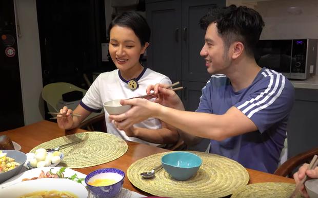 """Nấu cỗ Tết theo kiểu """"thiếu thốn"""" ở nước ngoài, Dino Vũ và Giang Ơi cho ra đời toàn món lạ lẫm và hương vị cũng… lạ lùng không kém - Ảnh 11."""