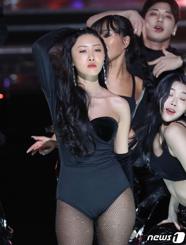 Hwasa (MAMAMOO) lại bỏ túi thêm 1 sân khấu sexy bỏng mắt, liên tục leo top trending lại còn được Knet nhiệt tình khen - Ảnh 6.