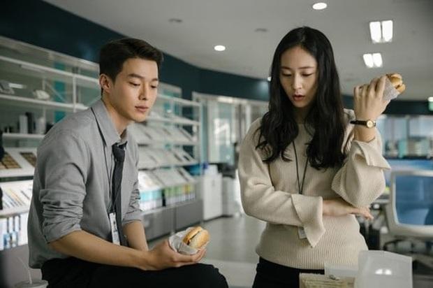 Krystal vướng tình tay ba với trai đẹp Jang Ki Yong, vừa tái xuất phim điện ảnh đã thành tiểu tam công sở? - Ảnh 4.