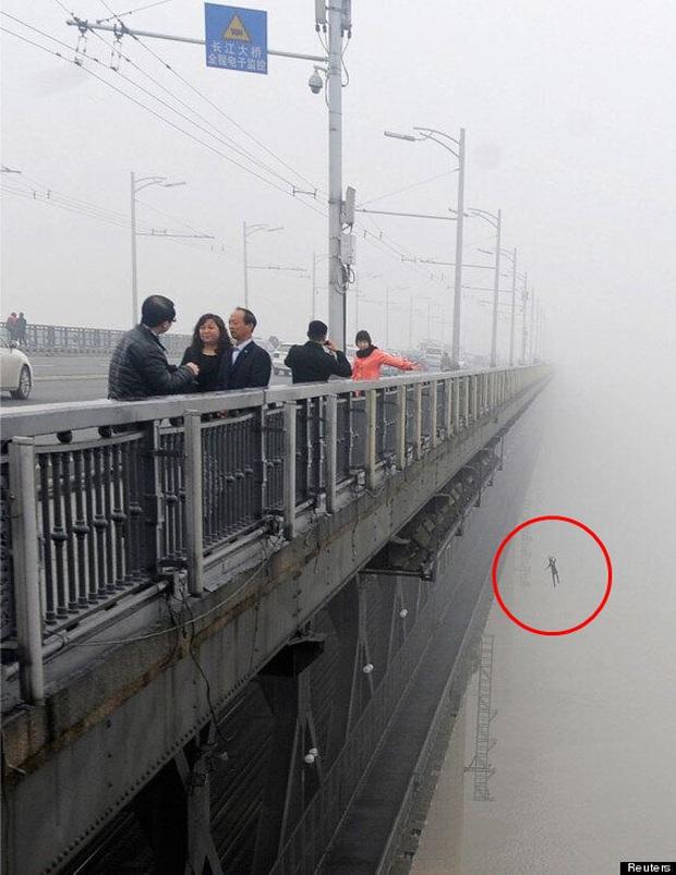 Đi tác nghiệp về ô nhiễm không khí, phóng viên tình cờ chụp được khoảnh khắc cuối cùng của cặp đôi nhảy cầu tự tử gây rùng mình - Ảnh 2.