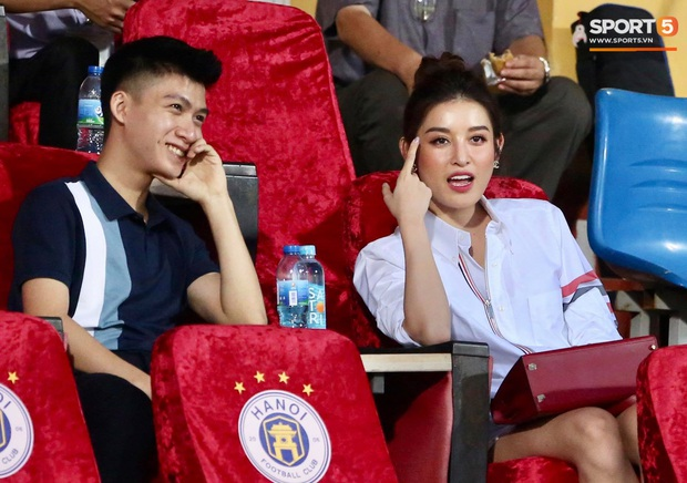 Lâu lâu Huỳnh Anh mới lại ra sân cổ vũ Quang Hải, nhan sắc rạng rỡ gây thương nhớ - Ảnh 6.