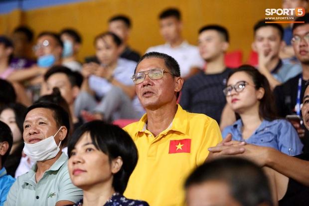 Lâu lâu Huỳnh Anh mới lại ra sân cổ vũ Quang Hải, nhan sắc rạng rỡ gây thương nhớ - Ảnh 9.
